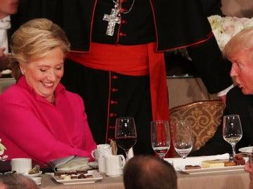 Clinton y Trump firman una pequeña tregua pero intercambian múltiples dardos