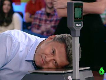 ¿A quién le pesa más la cabeza? Anna Simon, Miki Nadal y Quique Peinado comprueban cuál es la más 'pesada'