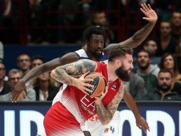 Othello Hunter intenta arrebatar el balón a Raduljica