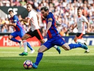 Leo Messi ante el Valencia CF