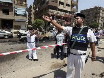 La Policía inspecciona el lugar donde un artefacto ha estallado en El Cairo