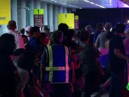 Frame 63.447417 de: Al menos cinco muertos y ocho heridos en un tiroteo registrado en un aeropuerto de Florida