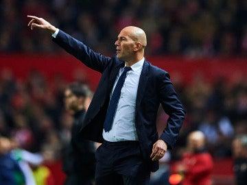 Zidane da instrucciones en la banda del Sánchez Pizjuán
