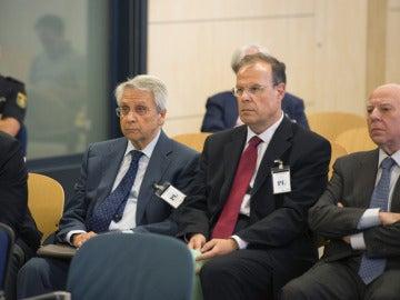 El antiguo responsable del Grupo Inmobiliario Gregorio Gorriarán (i), el excopresidente Fernández Gayoso (2i), el exdirector general Pego (2d), y uno de los gestores de la oficina de integración, Rodríguez Estrada