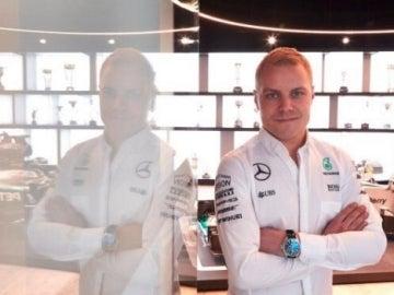Valtteri Bottas posa con el mono de Mercedes