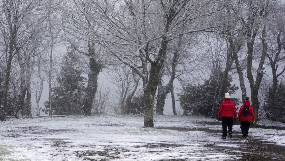 Dos personas caminan por el municipio lucense de O Cebreiro