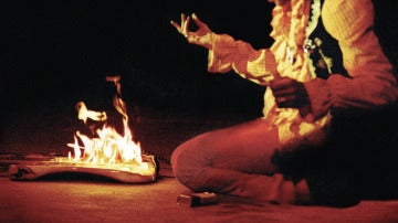 Jimi Hendrix quemó su guitarra sobre el escenario.