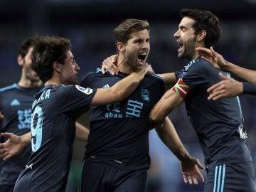 Los jugadores de la Real celebrando el gol de Iñigo Martínez