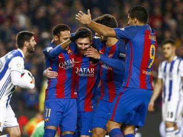Los jugadores del Barcelona celebran uno de sus goles.