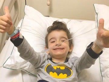 Santi en el hospital donde está recibiendo un tratamiento contra el cáncer