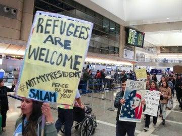Cientos de manifestantes denuncian la prohibición de viajar de los países de mayoría musulmana promulgada por el presidente estadounidense, Donald Trump, hoy, 28 de enero de 2017