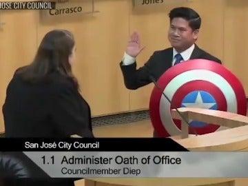 Frame 1.794571 de: Un concejal de California jura su cargo con el escudo de Capitán América en lugar de usar la Biblia
