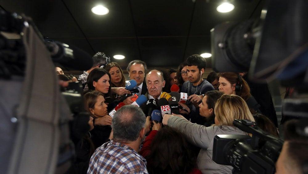 Miquel Roca, ante los medios