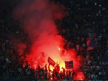 Una bengala arde en la grada de San Paolo