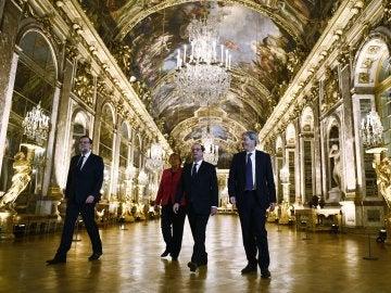 Mariano Rajoy, con Angela Merkel, François Hollande y Paolo Gentiloni en el palacio de Versalles
