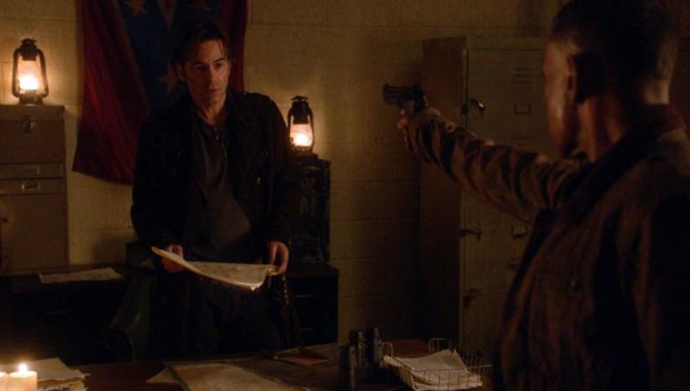 Neville apunta a Miles Matheson