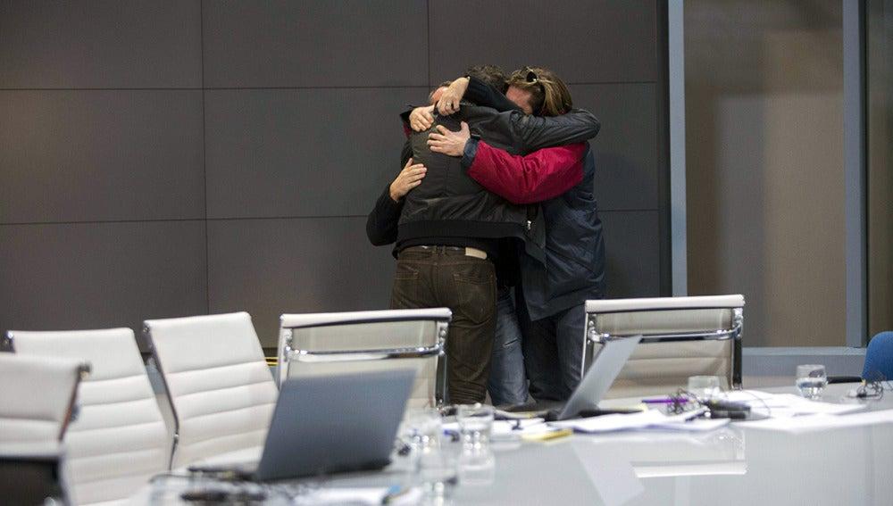 Los trabajadores de Canal 9 se abrazan tras el apagón