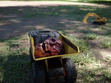 Unos Niños descubren el cadáver en el tiovivo