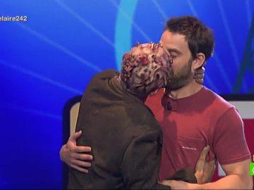 Dani Rovira juega a 'Ahora o nunca' en En el aire y Pepe el Zombi le premia con un beso