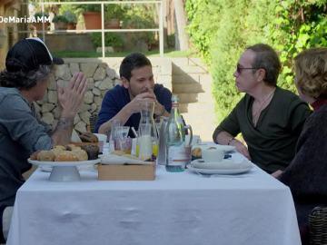 Varios artistas de A mi manrea, desayunando