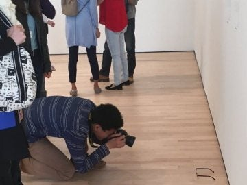 Un hombre fotografía las gafas en el MOMA
