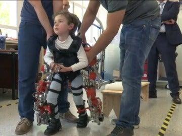 laSexta se vuelca para que niños como Álvaro, con atrofia muscular, puedan andar gracias a un exoesquelero