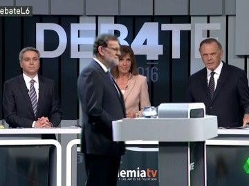 """Mariano Rajoy se va 'rodando': """"Señor Rivera, ya me lo explicará luego"""""""