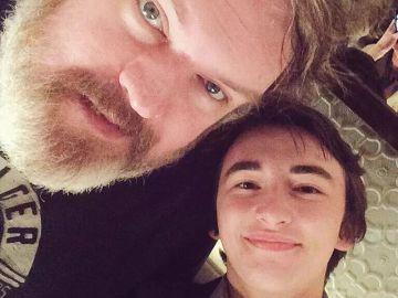 El emotivo reencuentro entre Kristian Nairn, Hodor, e Isaac Hempstead, Bran, una de las amistades más queridas en Juego de Tronos