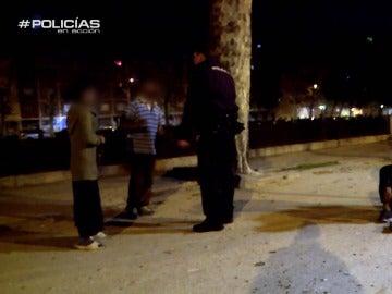 """Policías en acción acude a una pelea entre mendigos: """"Aquí a las mujeres no se les toca, si pegas te vienes detenido"""""""