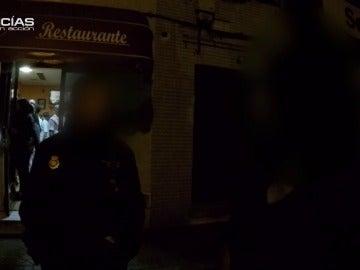 """Una mujer llama a la Policía desde un bar de Usera: """"Me llamó puta y me pegó en el baño"""""""