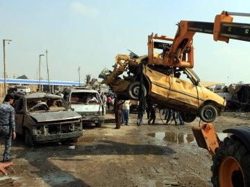 Un policía iraquí inspecciona el lugar de un atentado con coche bomba registrado en el barrio de Al Kazemiya, de mayoría chií y ubicado en el norte de Bagdad (Irak), perpetrado en 2013