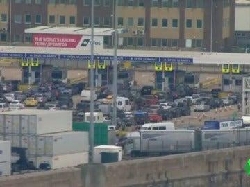 Retenciones de hasta 14 horas en Dóver para poder cruzar el Eurotúnel
