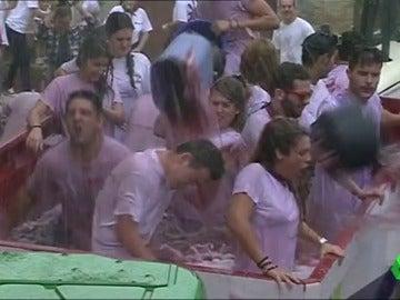 """El pueblo de San Asensio se viste de rosa para su batalla del vino: """"Acabas como una fregona sin escurrir"""""""