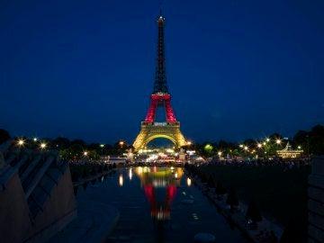 La Torre Eiffel se ilumina con los colores de la bandera alemana en homenaje a las víctimas del tiroteo de Múnich
