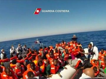 La Guardia Costera rescata a 1.400 inmigrantes que navegaban a la deriva en el mar Mediterráneo