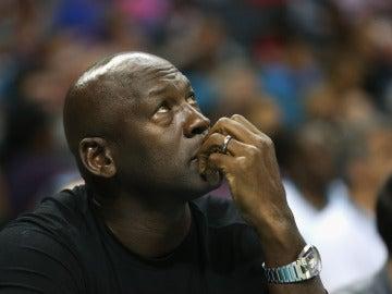 Michael Jordan, pensativo durante un partido de la NBA