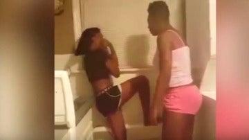 La madre golpea brutalmente a su hija