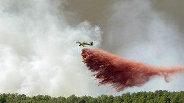 Un incendio descontrolado amenaza con quemar el paraje natural de la sierra de Espadá, en Castellón