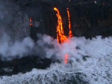 Así cae al mar la lava del volcán hawaiano 'Kilahuea'
