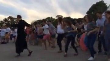 Descubre el baile del sacerdote con más ritmo de la JMJ que causa furor en las redes