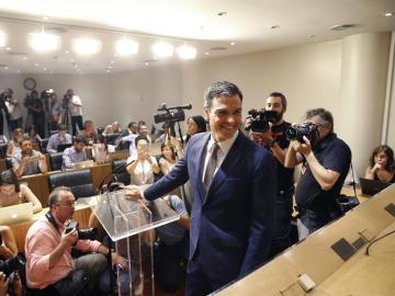 División en el PSOE entre los que piden reflexión y los que apuestan por un gobierno alternativo