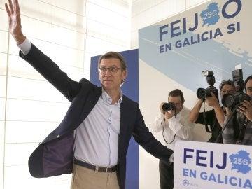 Alberto Núñez Feijóo, el único del PP que logra mayoría absoluta, se posiciona como sucesor de Mariano Rajoy