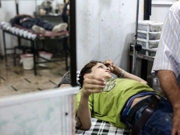 Foto de archivo de un niño sirio recibe tratamiento médico en un hospital de campo