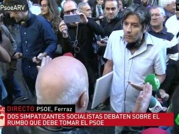"""Militantes socialistas discuten en la puerta de Ferraz: """"¿Tú que haces aquí en contra del PSOE, en contra de Pedro?"""""""