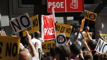 """""""Pedro, amigo, el PSOE está contigo"""", """"fascistas"""", """"fuera golpistas""""... tensión a las puertas de la sede en Ferraz"""