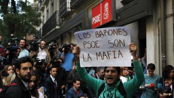 """Militantes 'pro Sánchez' increpan a los críticos en Ferraz a gritos de """"fascistas"""" y """"golpistas"""""""