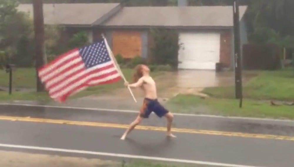 Frame 4.713509 de: La 'patriótica' y viral forma con la que un estadounidense le planta cara al huracán Matthew