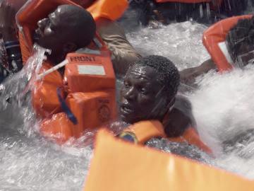 Pánico, gritos, desesperación… el sobrecogedor rescate de una lancha varada en el Mediterráneo