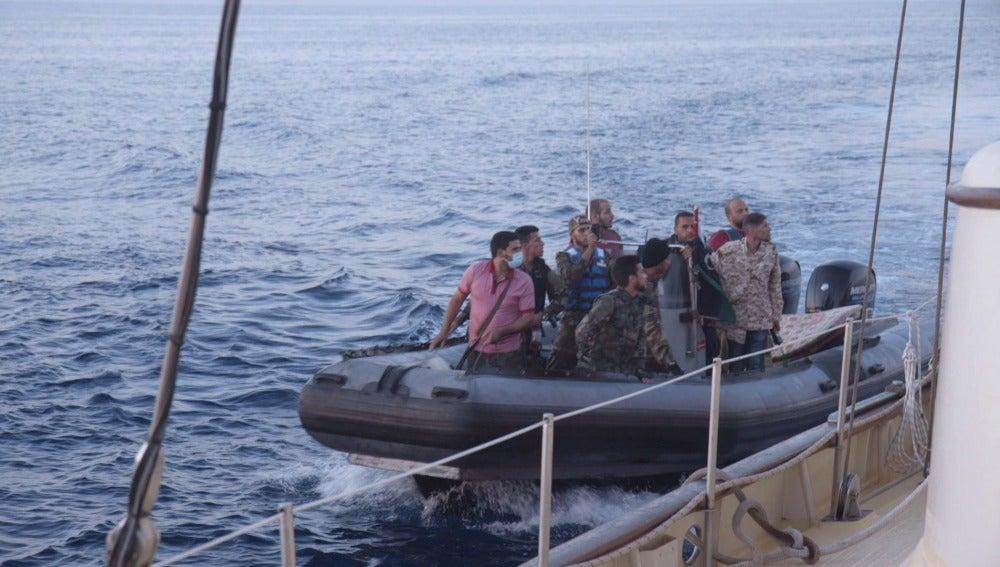 'Guardacostas' libios se aproximan y suben a bordo del Astral