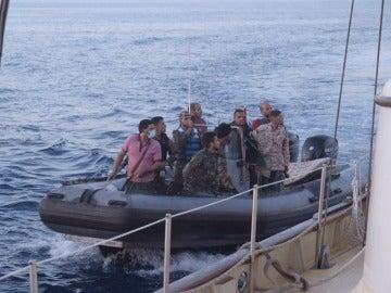 """'Guardacostas' libios armados dejan momentos de tensión a bordo del Astral: """"Estáis en aguas libias"""""""
